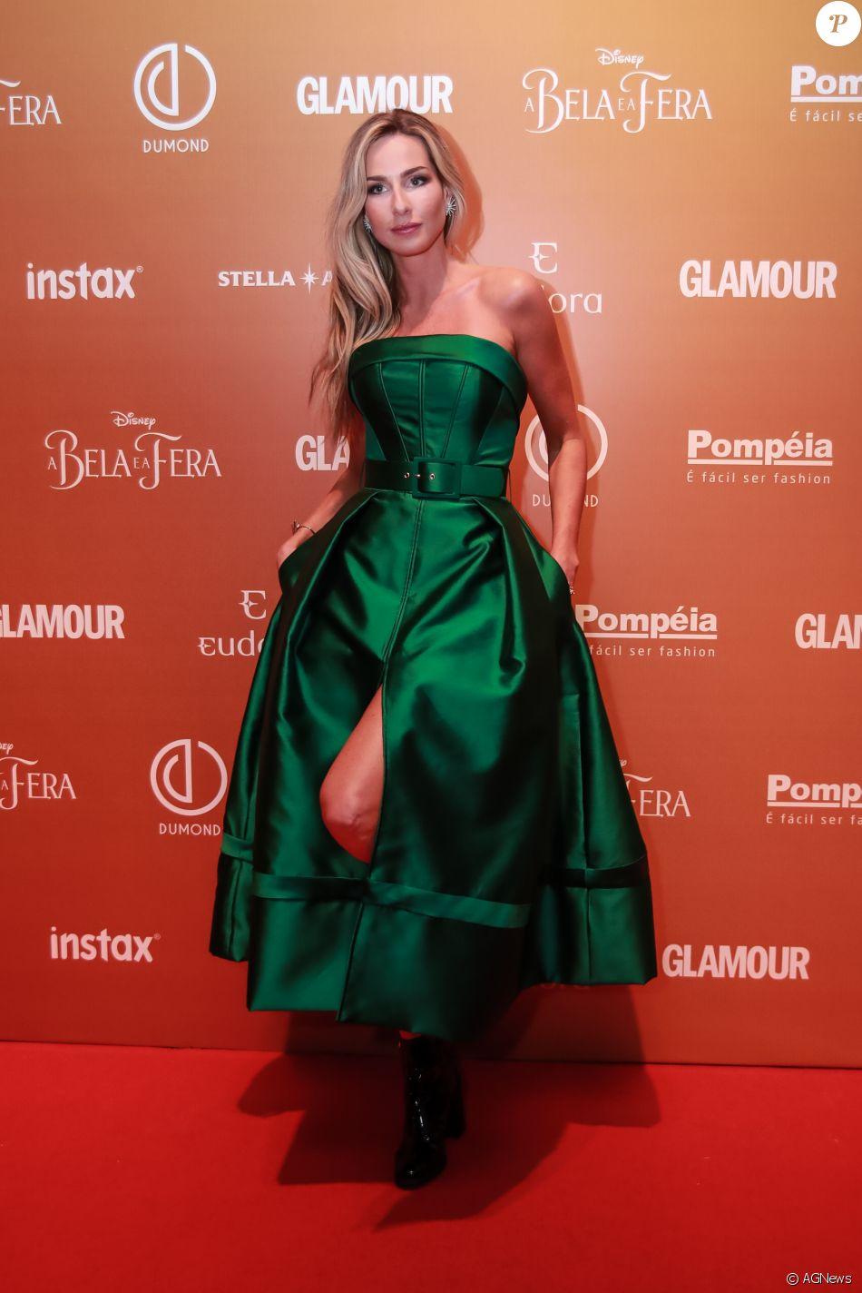 45acd79117 Mariana Weickert usou um vestido na cor esmeralda da grife White Hall