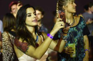 Giovanna Lancellotti, Rodrigo Simas e famosos curtem show em praia do RJ. Fotos!