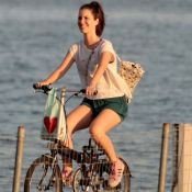 Nathalia Dill pedala no Rio em folga nas gravações da novela 'Rock Story'. Fotos