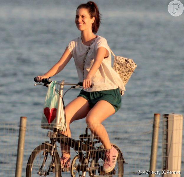 Nathalia Dill pedala no Rio em folga nas gravações da novela 'Rock Story'. Fotos foram feitas neste domingo, 12 de março de 2017