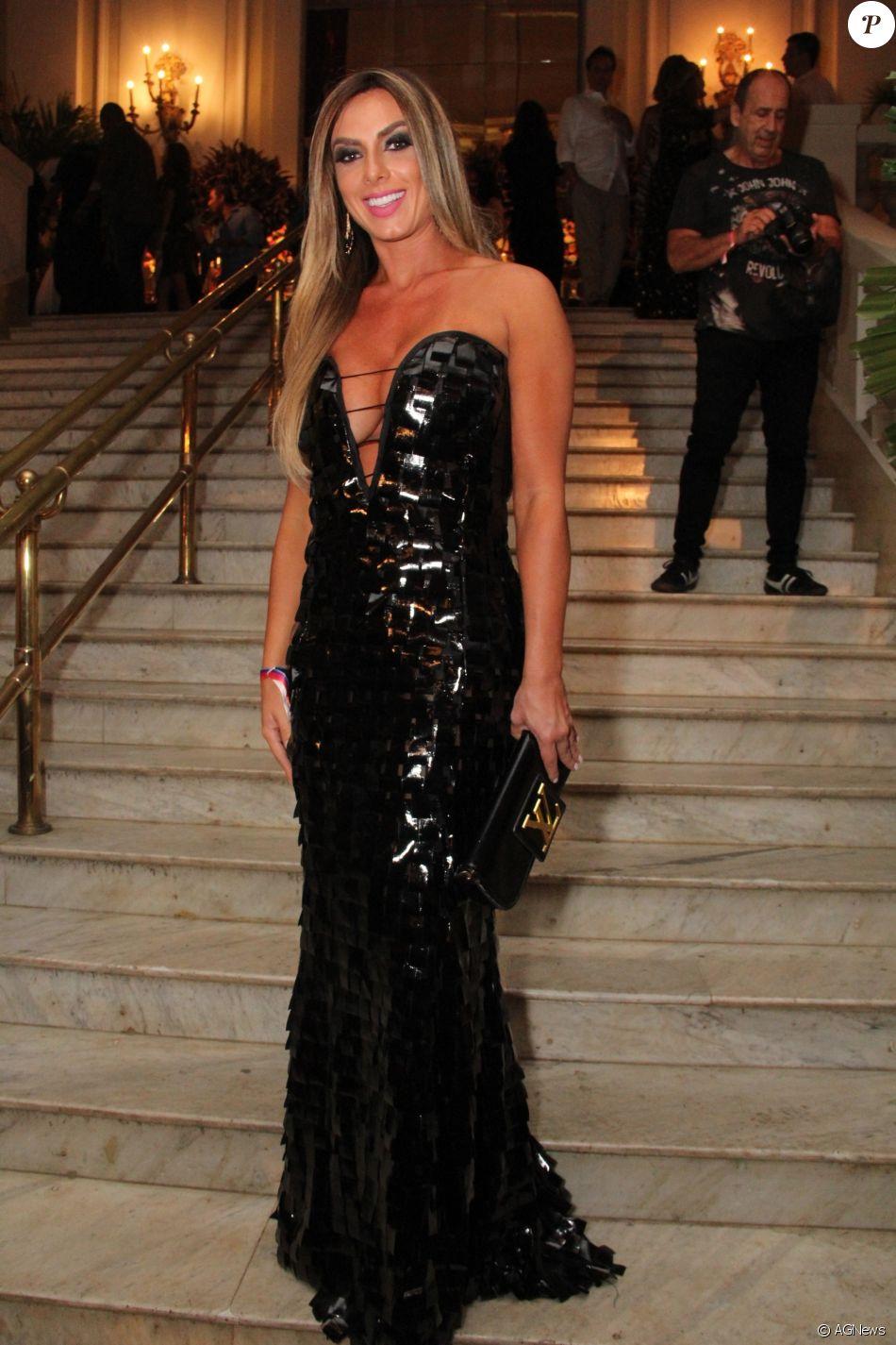 Nicole Bahls Usou Um Longo Preto Decotado E Bolsa Carteira