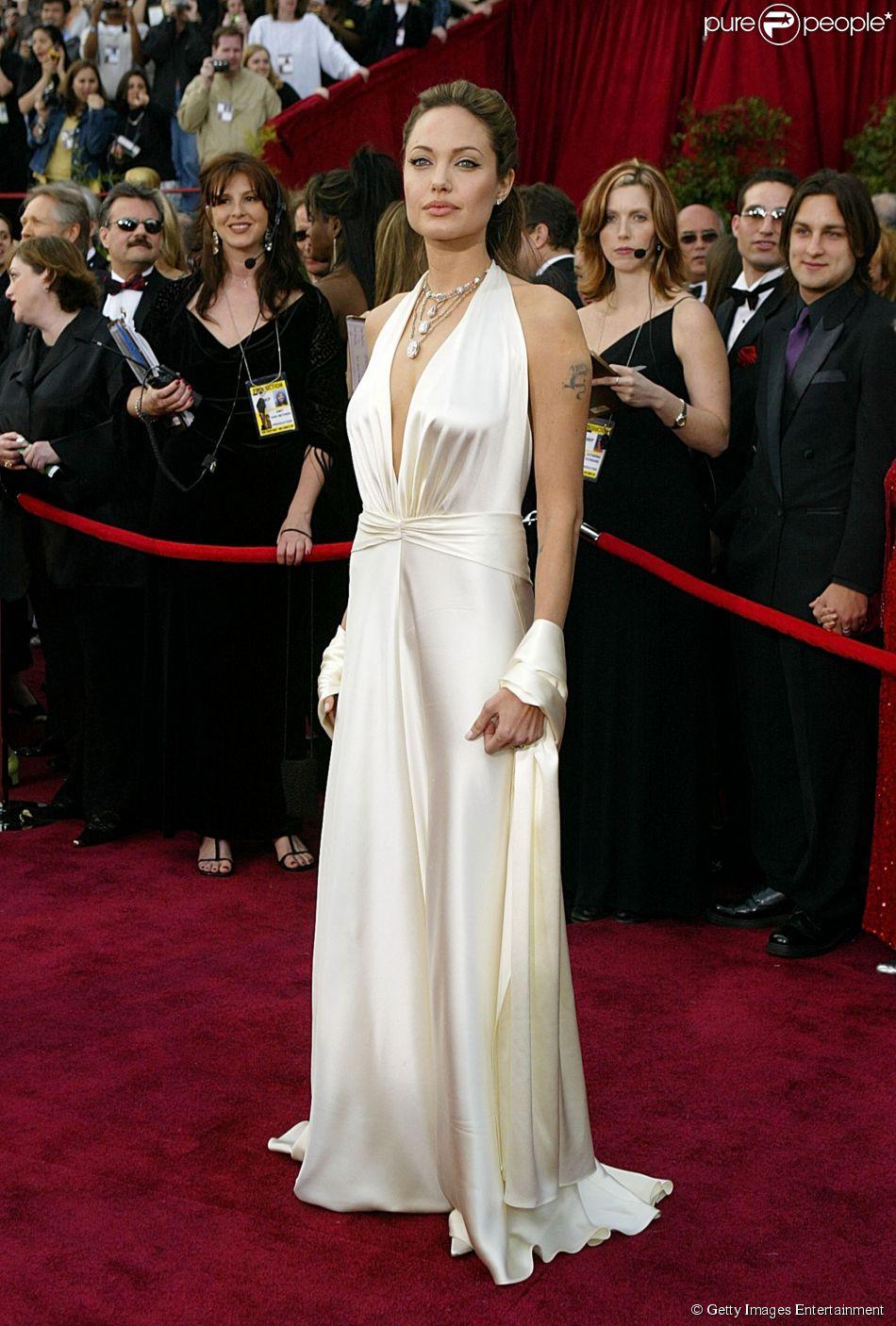 Angelina Jolie usou um vestido branco de cetim da grife Marc Bouwer no Oscar 2004, considerado um dos mais bonitos da história da premiação. No pescoço, a atriz usou um colar de diamantes da H. Stern no valor de US$ 10 milhões