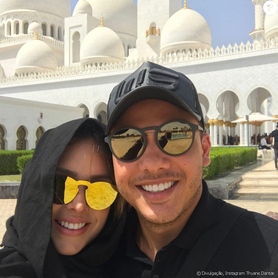 Thyane Dantas surgiu toda coberta ao posar de hijab ao lado de Wesley Safadão, em Abu Dhabi, nos Emirados Árabes, em 13 de março de 2017