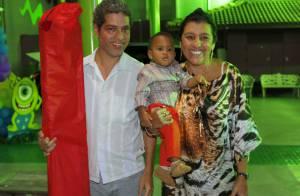Regina Casé leva o filho, Roque, ao aniversário de Noah, neto de Zeca Pagodinho