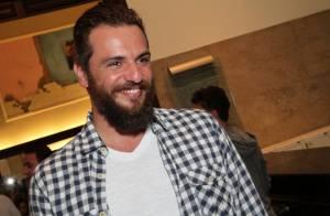 Rodrigo Lombardi vai ao teatro com visual barbudo e posa sorridente para fotos