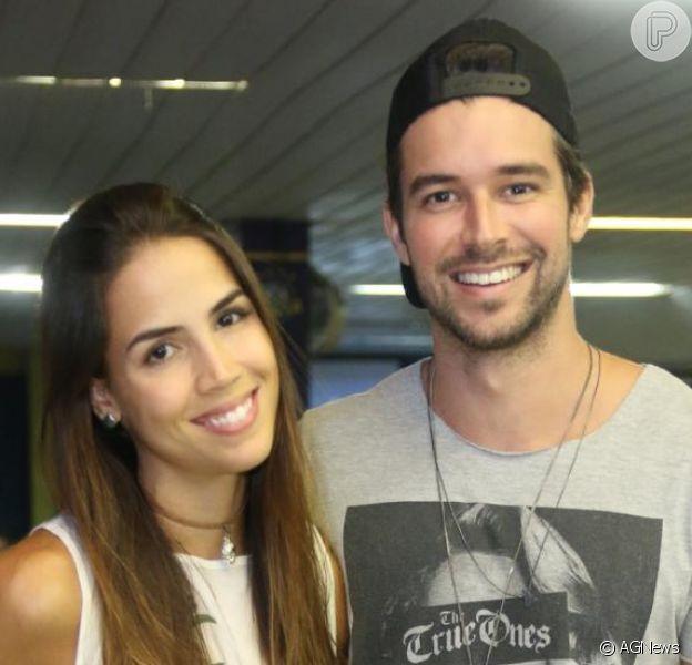 Pérola Faria e Bernardo Velasco terminou o namoro após quase um ano juntos. A notícia foi publicada pelo colunista Leo Dias, do jornal 'O Dia', nesta quinta-feira, 16 de março de 2017, e confirmada pelo Purepeople