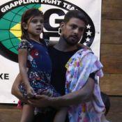 Cauã Reymond e namorada, Mariana Goldfarb, levam filha dele para natação. Fotos!