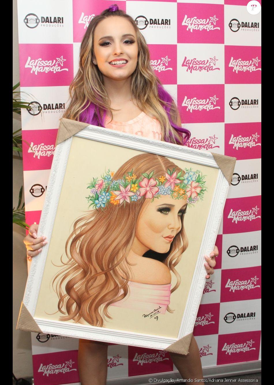 Larissa Manoela ganhou um quadro com sua imagem pintada à não por uma fã capixaba após show em Vitória, Espírito Santo, neste domingo, 19 de março de 2017