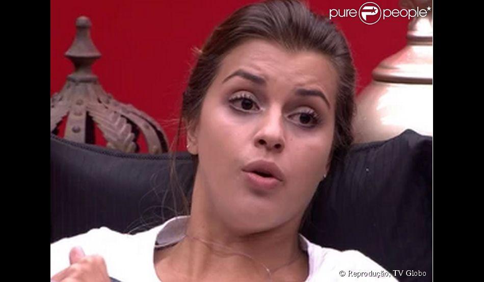 Angela ficou irritada ao saber por Clara que Marcelo e Letícia trocaram beijos antes da sister deixar o confinamento. 'Não estou suportando mais ficar no mesmo lugar que o Marcelo está. Detesto homem tonto', disse Angela para Aline