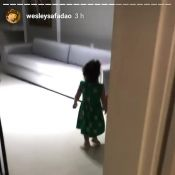 Wesley Safadão, pai coruja, filma filha, Ysis, falando inglês: 'Eleven'. Vídeo!