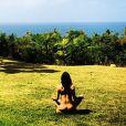 Michelle Rodriguez publica foto em sua conta do Instagram, na qual aparece nua meditando em uma paisagem, em 24 de fevereiro de 2014
