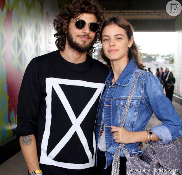 Chay Suede e Laura Neiva foram conferir o primeiro dia de shows no festival Lollapalooza, em São Paulo, em 25 de março de 2017