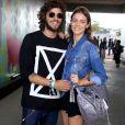 Chay Suede e Laura Neiva posaram para os fotógrafos no festival Lollapalooza, em São Paulo