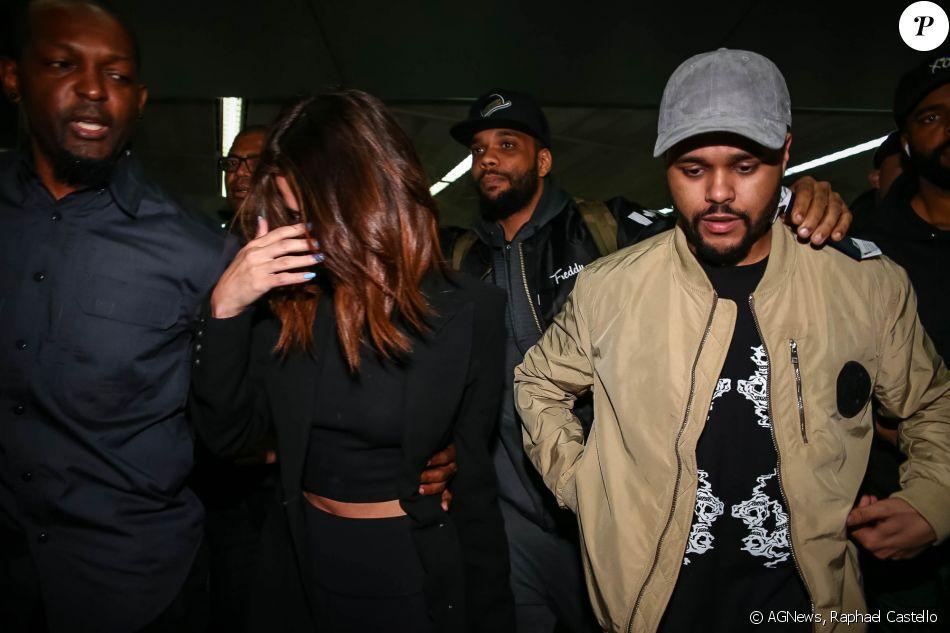 Selena Gomez desembarcou com o namorado, The Weeknd, no aeroporto internacional de São Paulo, em 25 de março de 2017