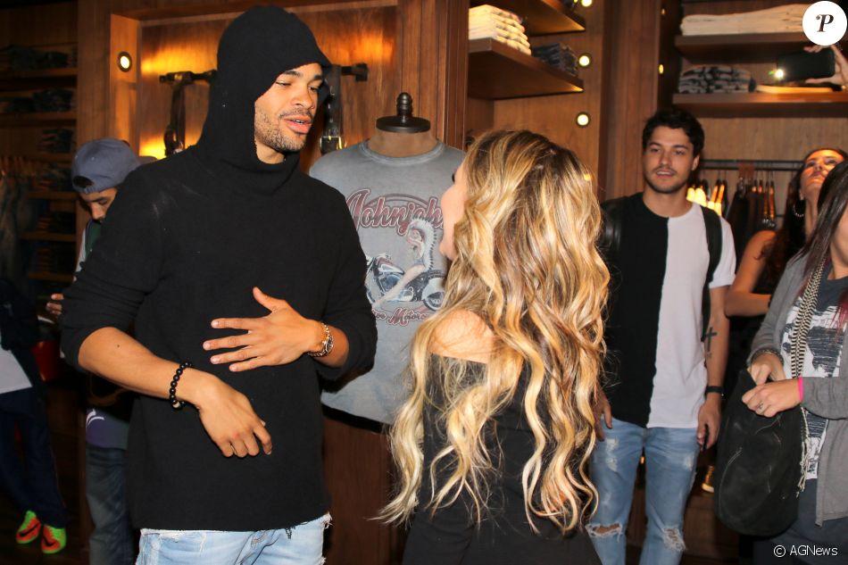 Larissa Manoela conversa com Maejor, amigo de Justin Bieber, em evento b4f9e39c6e