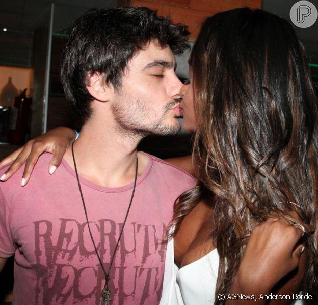Guilherme Leicam dá selinho em Aline Prado, a capa da edição de fevereiro da revista Playboy, em noite de lançamento nesta quarta-feira, 26 de fevereiro de 2014