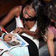 Guilherme Leicam recebe autógrafo de Aline Prado, a capa da edição de fevereiro da revista Playboy