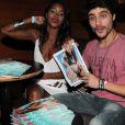 Guilherme Leicam e Aline Prado se divertem vendo fotos do ensaio da ex-Globeleza, capa de fevereiro da revista Playboy