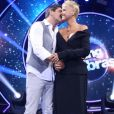 Junno Andrade deu beijo no rosto de Xuxa na coletiva do 'Dancing Brasil'