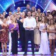 Xuxa posou ao lado dos competidores do programa 'Dancing Brasil'