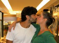 Deborah Secco troca beijos com marido, Hugo Moura, após último dia de peça