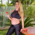 Grávida de 6 meses, Andressa Suita exibiu barrigão em look fitness nesta sexta-feira, 31 de março de 2017