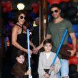 Juliana Paes comemorou aniversário de 37 anos ao lado dos filhos Antônio e Pedro, e o marido, Carlos Eduardo Baptista, em 26 de março de 2017