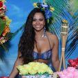Viviane Araújo posa para as fotos e exibe decoração de festa tropical