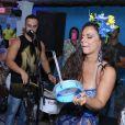 Viviane Araújo toca tamborim em sua festa de aniversário