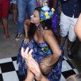 Viviane Araújo dança funk e rebola até o chão em festa surpresa