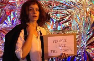 Carnaval: Leandra Leal se fantasia de Patti Smith para curtir seu bloco no Rio