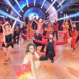 Xuxa ficou no meio dos bailarinos do 'Dancing Brasil'
