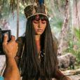 Giullia Buscacio também usa os longos cabelos para tapar os seios durante as gravações como a índia Jacira, na novela 'Novo Mundo'