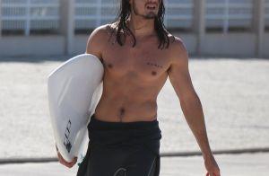 Tiago Iorc curte dia de surfe na praia da Macumba, no Rio. Fotos!