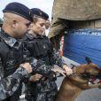 Jeiza (Paolla Oliveira) é do Batalhão policial que trabalha com cães e decide vistoriar a carga de Zeca (Marco Pigossi), na novela 'A Força do Querer'