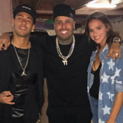 Neymar e namorada, Bruna Marquezine, posam com amigo após jogo. Foto!