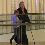 Angélica, de muleta rosa, se diverte com o filho Benício após cinema. Fotos!