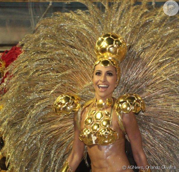 Sabrina Sato surgiu lindíssima num microbiquíni no desfile da Gaviões da Fiel, que homenageou Ronaldo: 'Fui a bola de ouro do Ronaldo'
