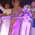 Angélica exibiu as pernas ao lado de Luciano Huck no desfile da Beija-Flor