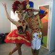 Letícia Spiller veio fantasiada de bailarina de uma caixinha de música, ao lado do bailarino Bruno Cesário, vestido de bonequinho de chumbo, no desfile da União da Ilha