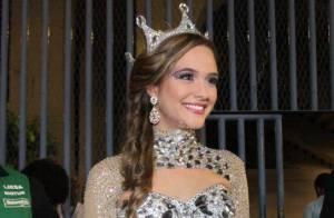 Juliana Paiva usa corpete com saia de plumas pela Grande Rio: 'Não quis biquíni'