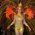 Monique Alfradique samba com fantasia que representa o Sol. A atriz ficou aflita antes do desfile da Grande Rio porque não poderia tirar a fantasia para ir ao banheiro