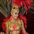 Paloma Bernardi usou fantasia com penas vermelhas no desfile da Grande Rio