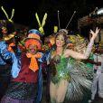 Christiane Torloni mostra que tem samba no pé à frente dos ritmistas da Grande Rio