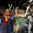 Christiane Torloni, rainha de bateria de escola, usou uma fantasia sem penas para o desfile da Grande Rio