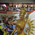 Antonia Fontenelle usa fantasia dourada e samba muito durante desfile da Grande Rio