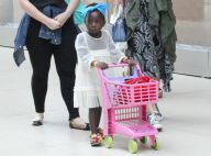 Filha de Giovanna Ewbank, Títi passeia com carrinho de compras por shopping