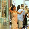 Juliana Paes passeia sozinha por shopping do Rio