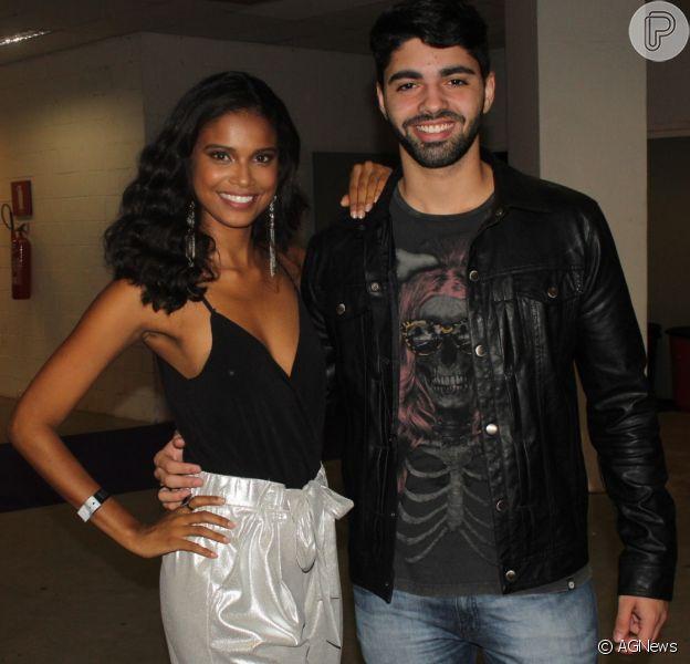 Aline Dias anunciou gravidez de 1 mês e meio, fruto de seu relacionamento com o ator e cantor Rafael Cupello, na tarde desta segunda-feira, dia 10 de abril de 2017