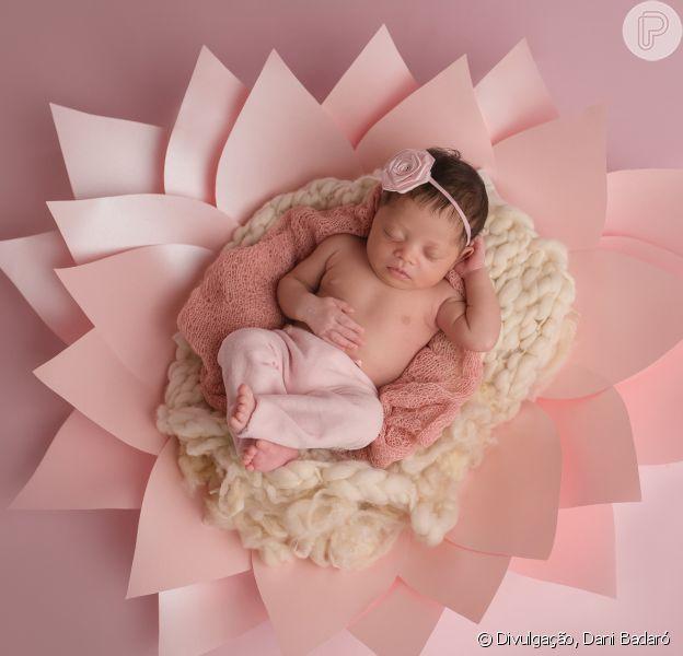 Roberta Rodrigues mostrou a filha, Linda Flor, nascida dia 16 de fevereiro de 2017, em ensaio newborn